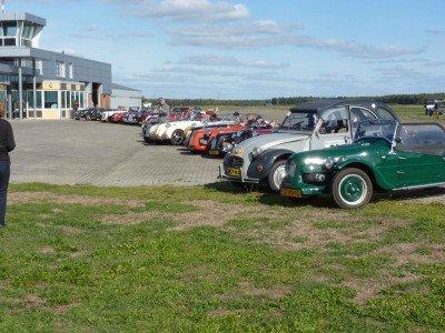 2cvkitcarclub op het vliegveld Budel