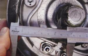 afstand meten tussen remschoen en trommel
